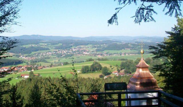 Aussichtsplattform mit Panorama-Infotafel