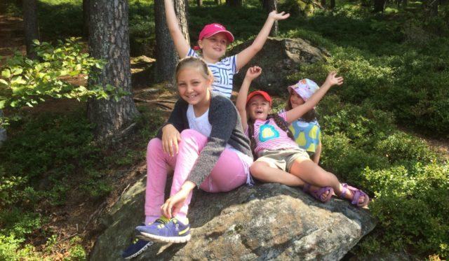 Kinder haben Spaß am wandern