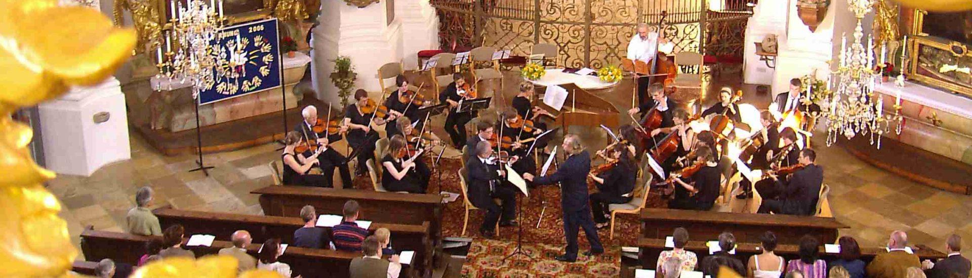 Musikanten spielen in einer Kirche